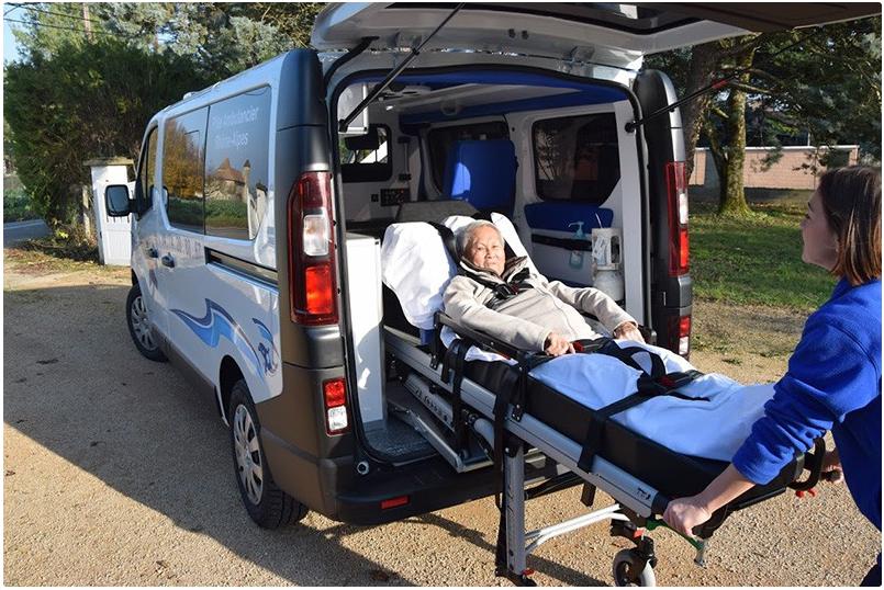 Ambulancier avec patient